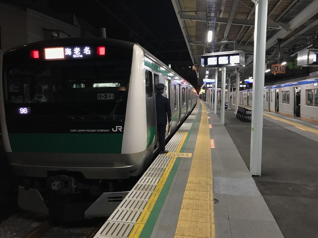 西谷駅で横浜からの快速に接続する、新宿からの特急海老名行きE233系(2019/12/10)