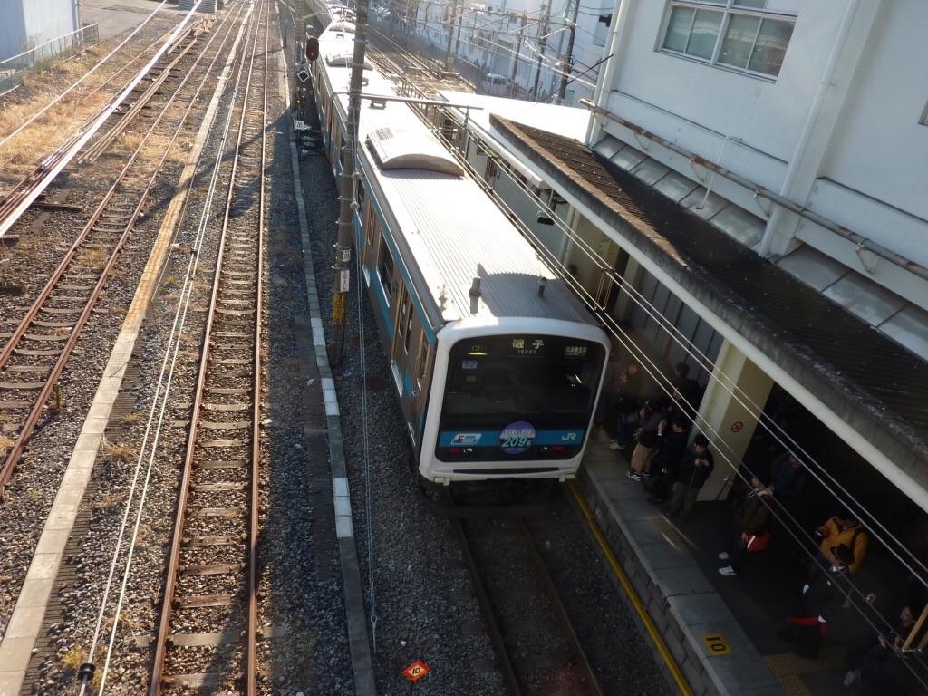 磯子駅で折り返し線に入線するヘッドマーク付き209系(2010/1/23)