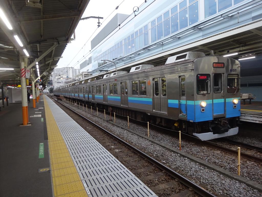 熱海駅に停車する伊豆急8000系(2019/2/23)