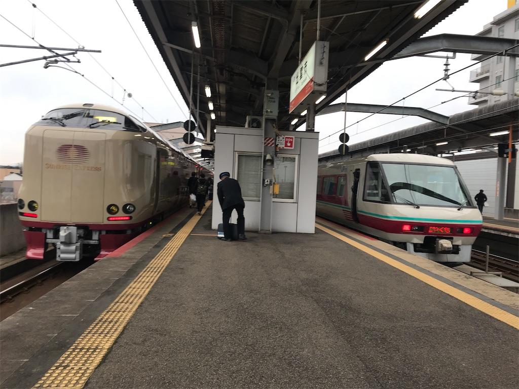 出雲市駅1・2番線に停車中のサンライズ出雲92号・やくも24号(2019/12/29)