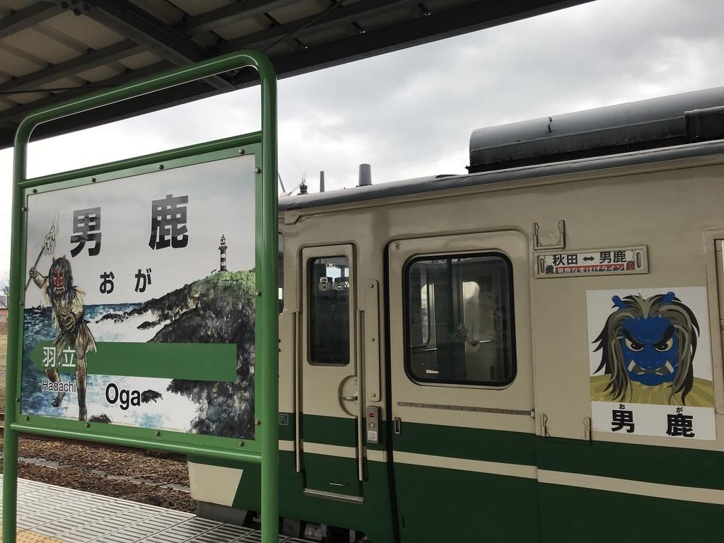男鹿駅2番線に停車中のキハ40系側面(2020/1/12) 男鹿線を表すなまはげのイラストが貼られている