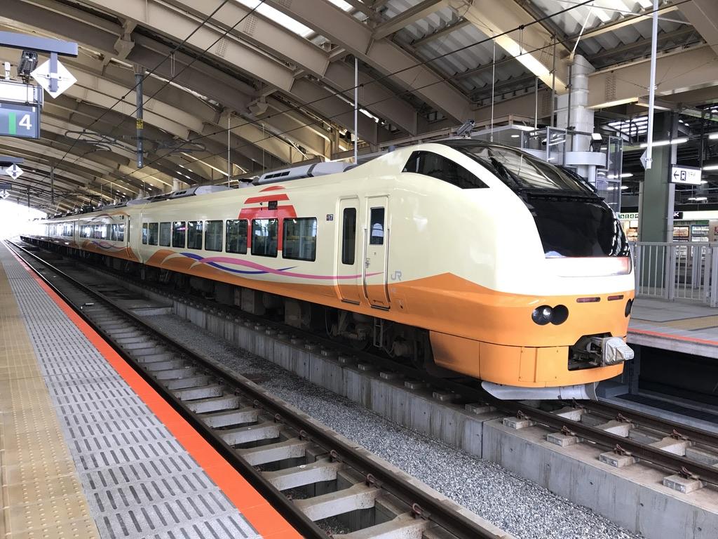 新潟駅5番線で発車待ちのいなほ7号秋田行き・E653系いなほ色(2020/1/13)