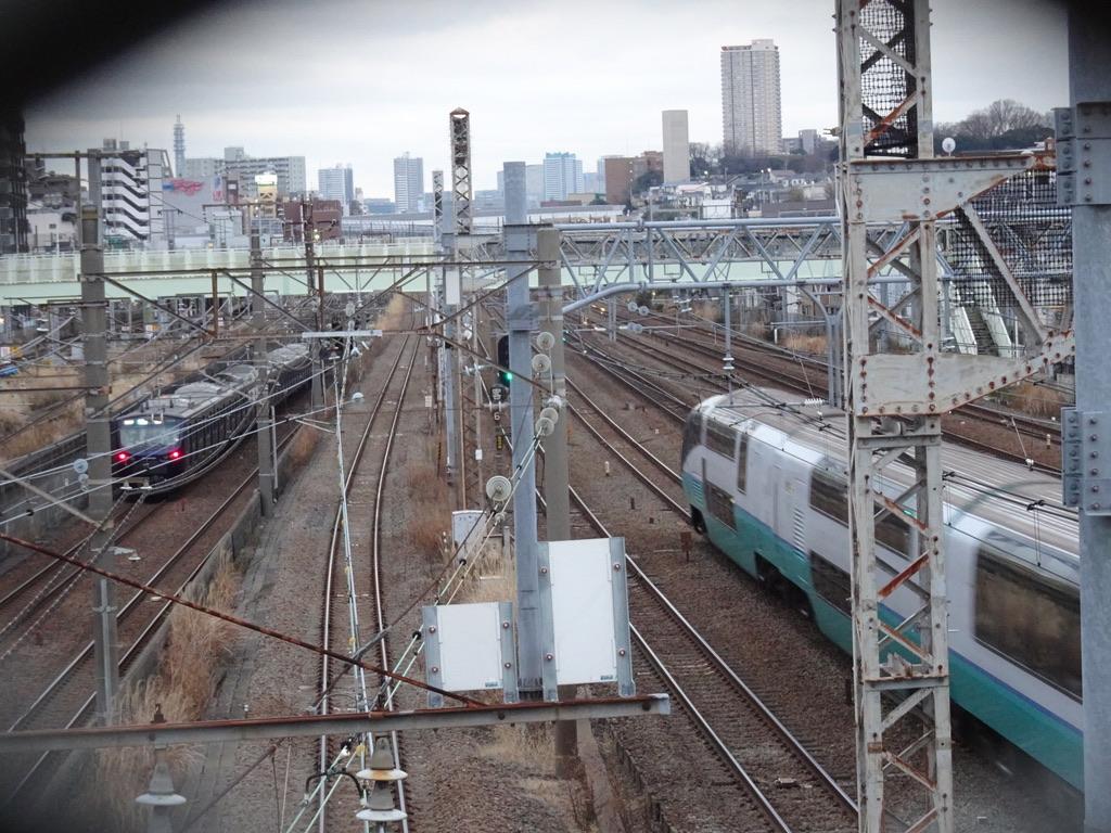 鶴見-新子安間ですれ違う相鉄12000系と251系スーパービュー踊り子8号(2020/1/19)