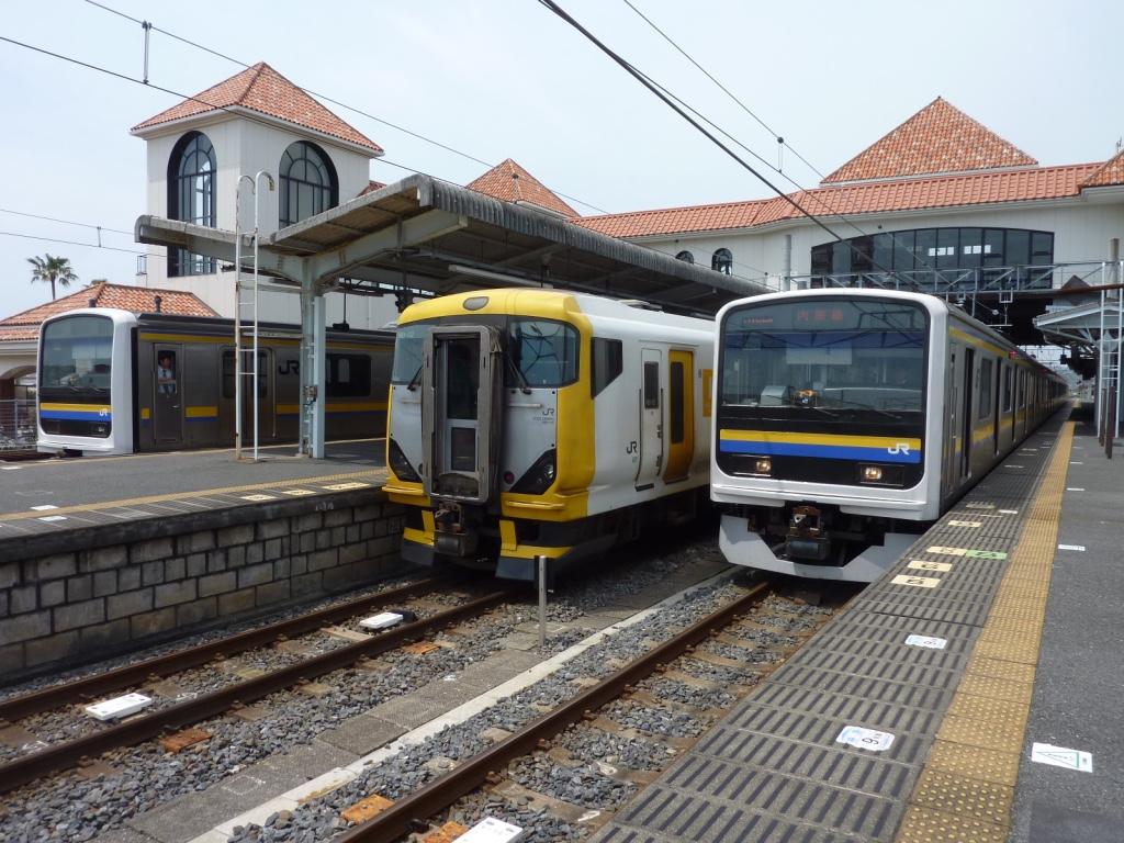 京浜東北209系引退の年、既に館山駅で並ぶ総武色209系とE257系(2010/5/22)
