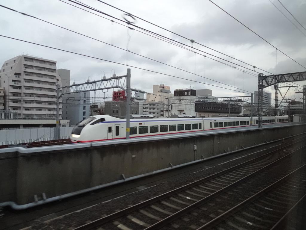 新潟駅を発車したMaxとき332号車内から見えた、新潟駅5番線に入線するしらゆき8号(2020/1/13)