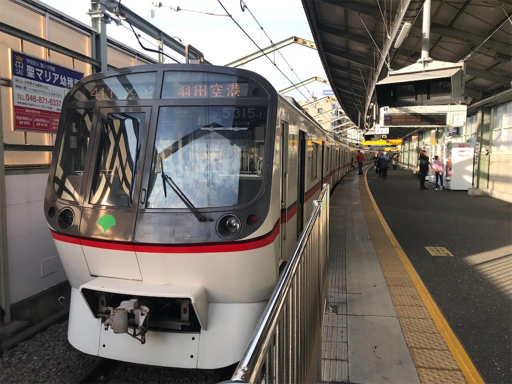 新逗子駅に停車中のエアポート急行羽田空港行き・都営5300形(2020/1/26)