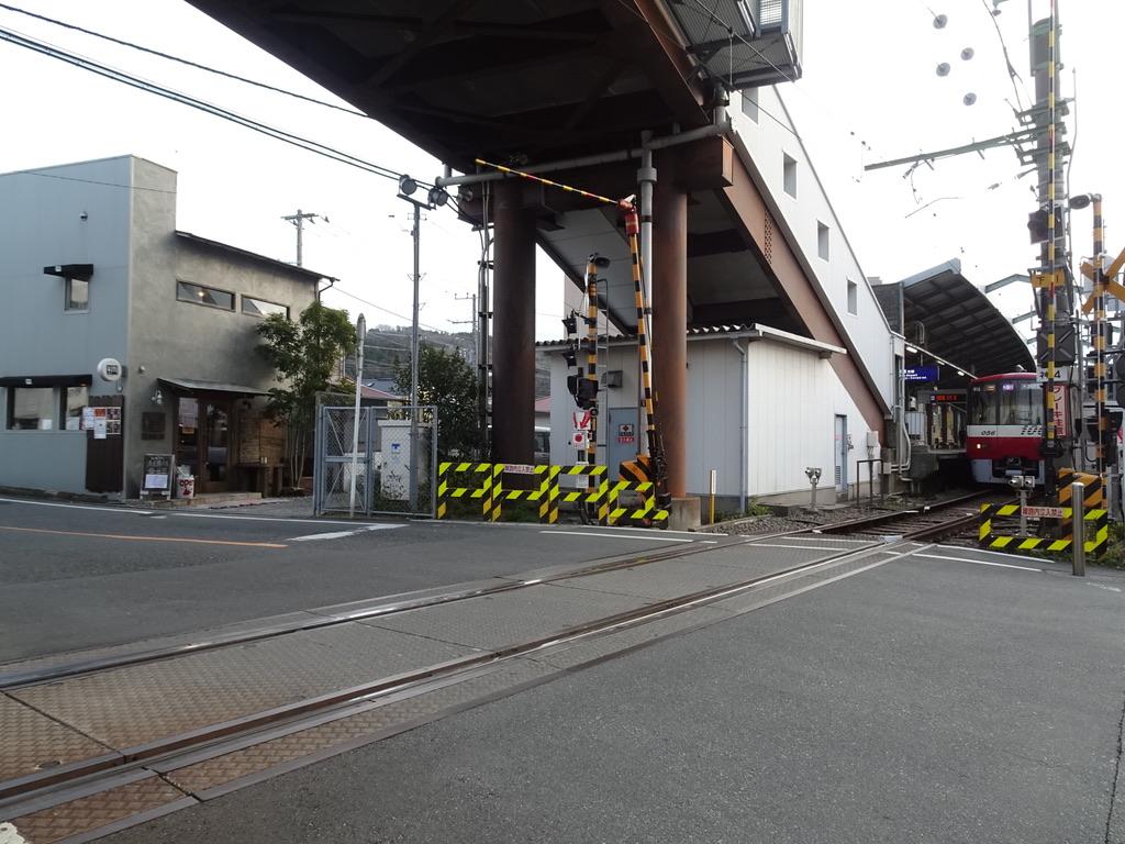 北口側の踏切から新逗子駅ホームを望む(2020/1/25)