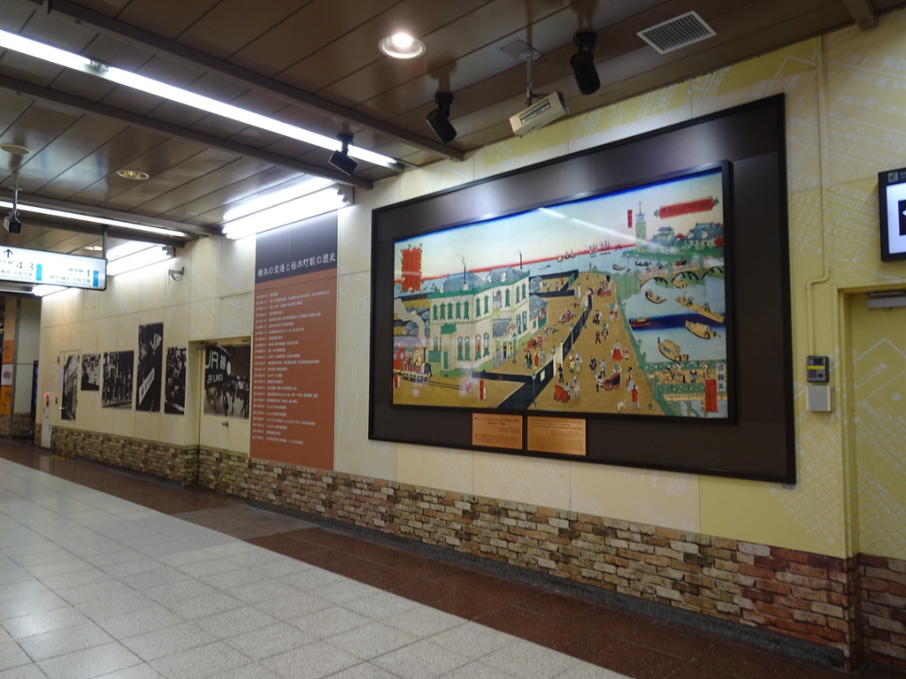 桜木町駅改札内に展示されている桜木町駅の歴史に関する説明や絵画(2020/1/29)