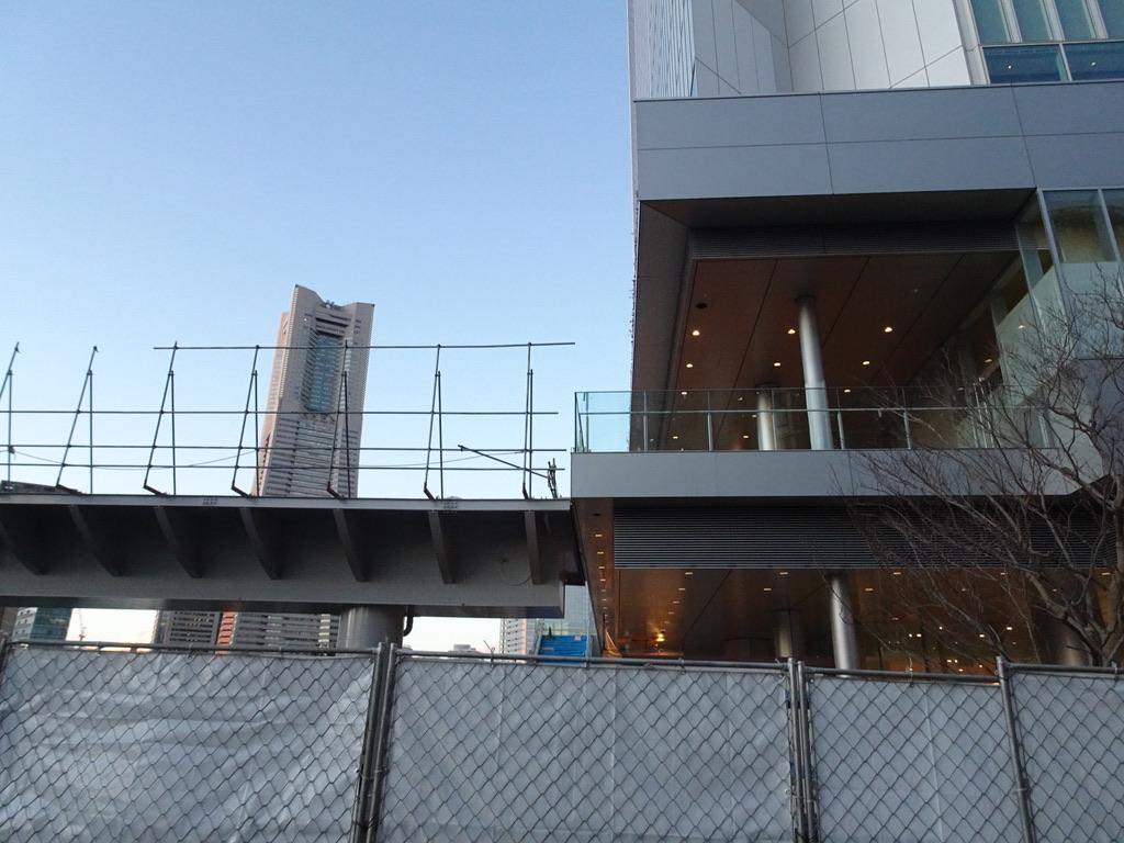 完成間近の横浜市役所新庁舎から伸びる歩道橋(2020/1/29)