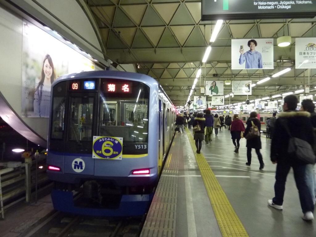 渋谷駅地上ホームに停車中の「みなとみらい線開通6周年」ヘッドマーク付きY513F各停菊名行き(2010/2/4)