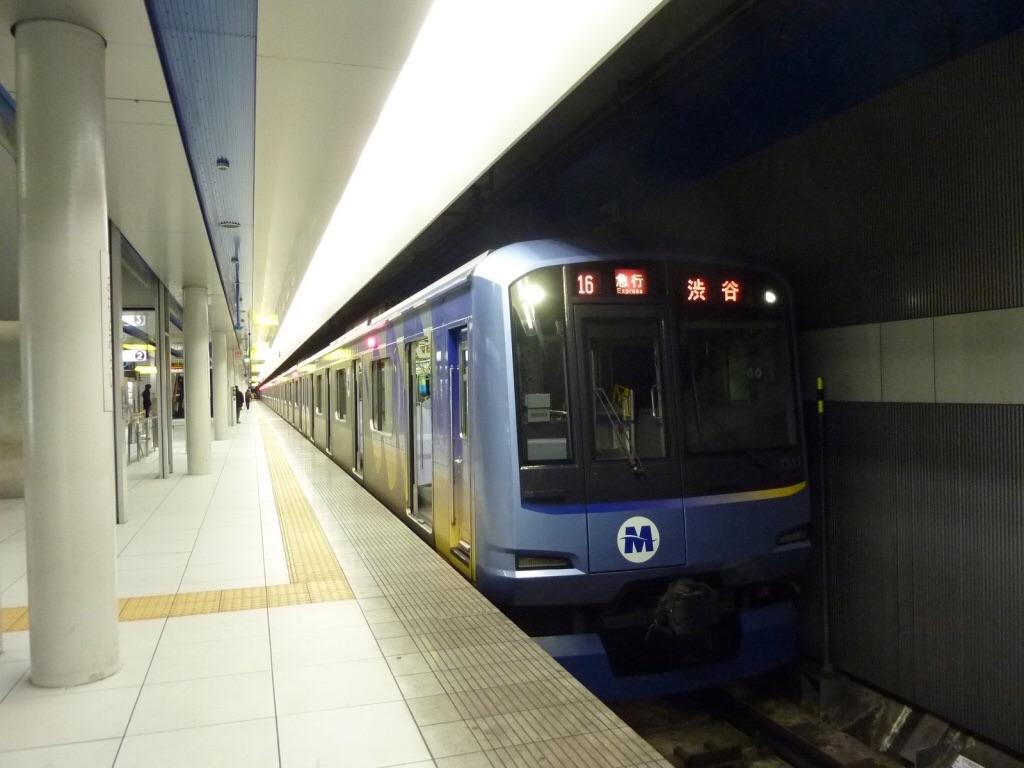みなとみらい駅に停車中のY511F急行渋谷行き(2010/2/6)  今はこの駅にもホームドアが設置されている。  「急行渋谷行き」も0ではないが珍しいものとなった。