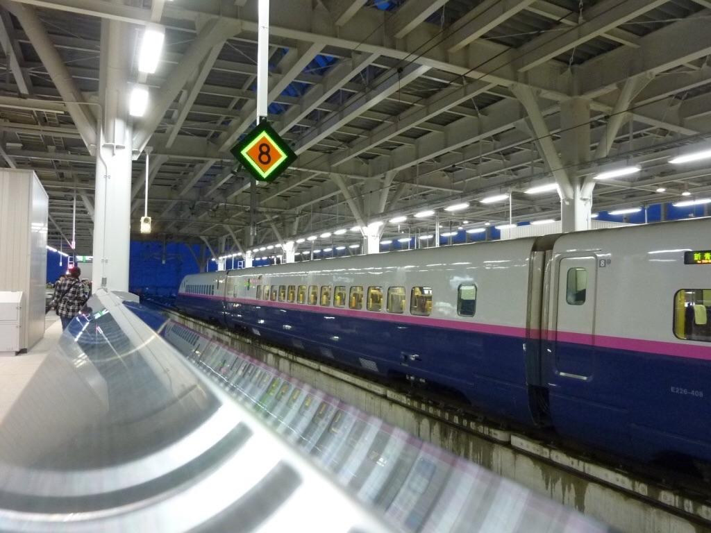 はやぶさ号入線前の新青森駅ホーム(2011/3/5) 向かい側12番線にはE2系はやて号が停車中