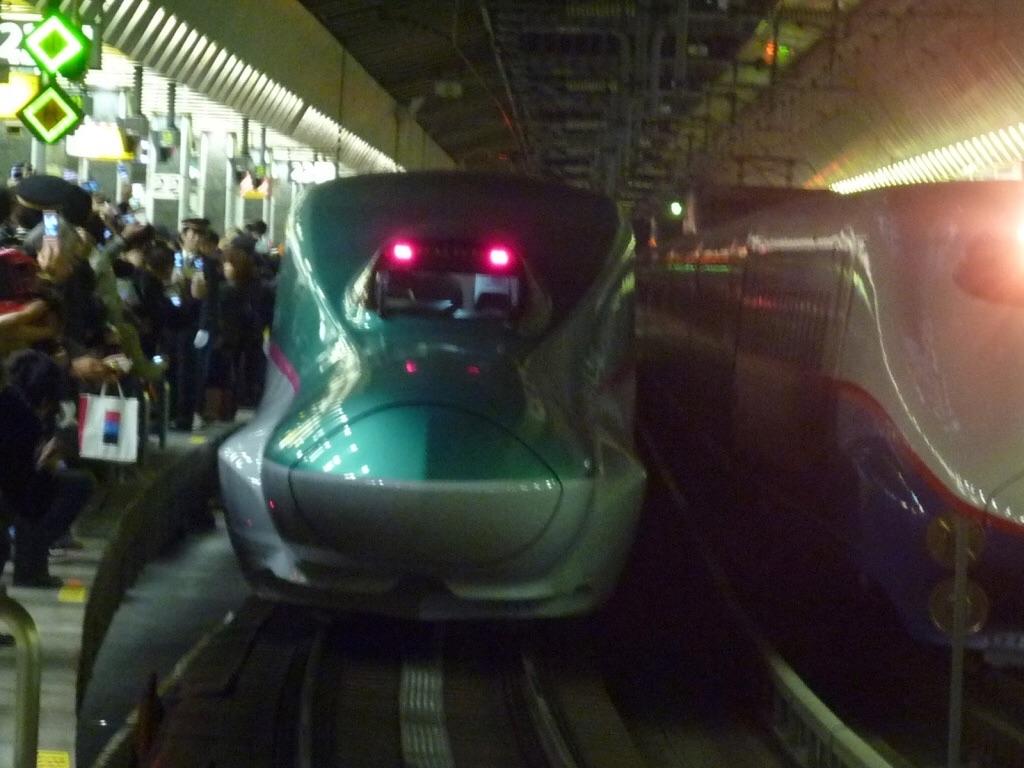東京駅22番線で折り返し運転を行うE5系はやぶさ号(2011/3/5) 運転初日ということもあり、21時台でも多数の見物客が撮影に来ていた