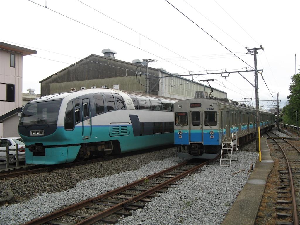 伊豆高原駅に入線する251系スーパービュー踊り子号と留置中の8000系(2008/5/25)