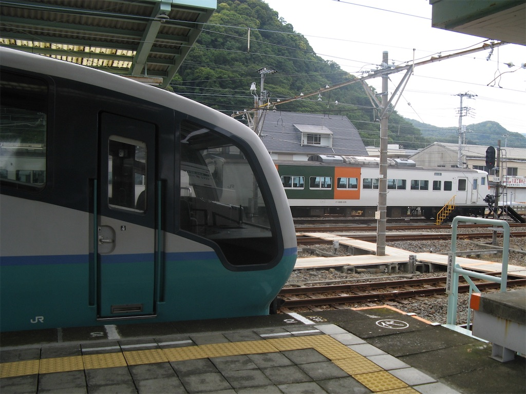 伊豆急下田駅に停車中の251系スーパービュー踊り子号と留置中の185系(2008/5/25)
