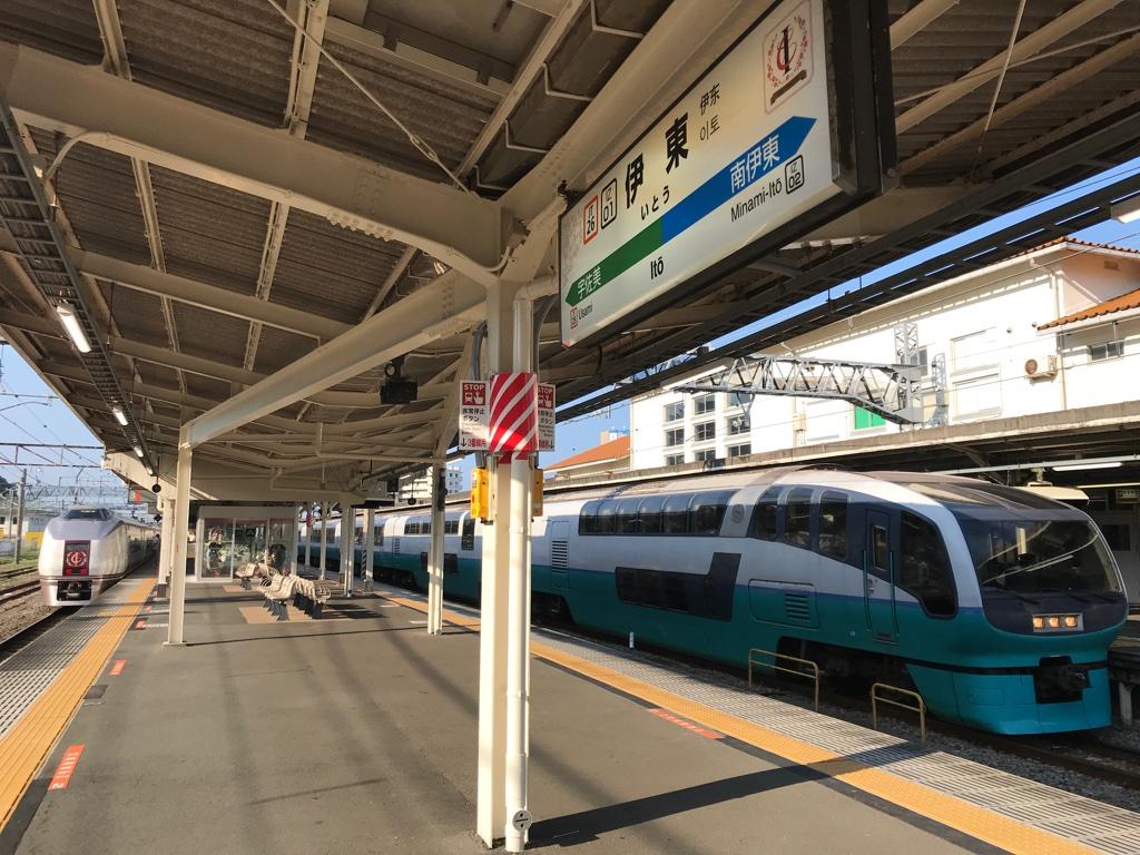 伊東駅に停車中の251系スーパービュー踊り子9号と651系伊豆クレイル号(2019/8/17)