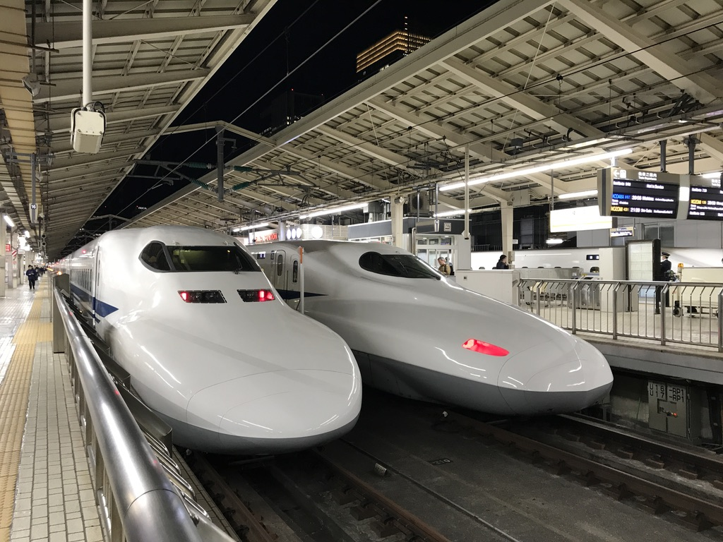 東京駅18番線に停車中の700系、17番線に停車中のN700系(2020/2/5)