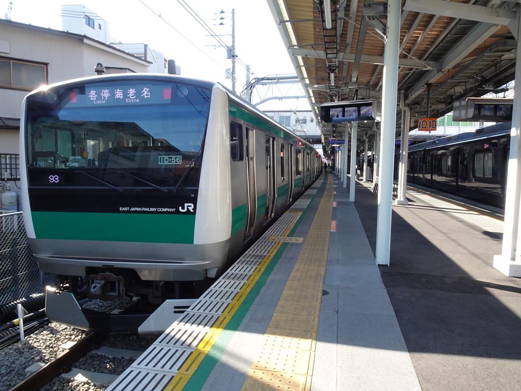 西谷駅1番線に停車中のE233系各駅停車海老名行き(2020/2/8)