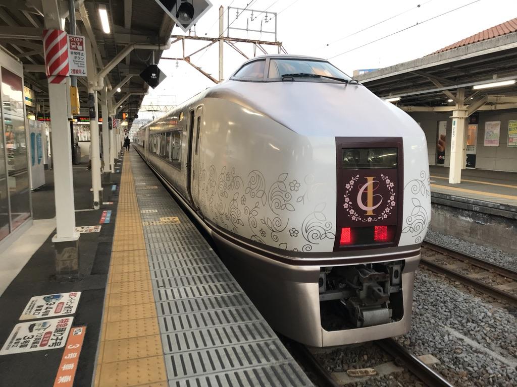 特別ダイヤにより伊東駅2番線に停車中の快速伊豆クレイル2号小田原行き(2020/2/11)
