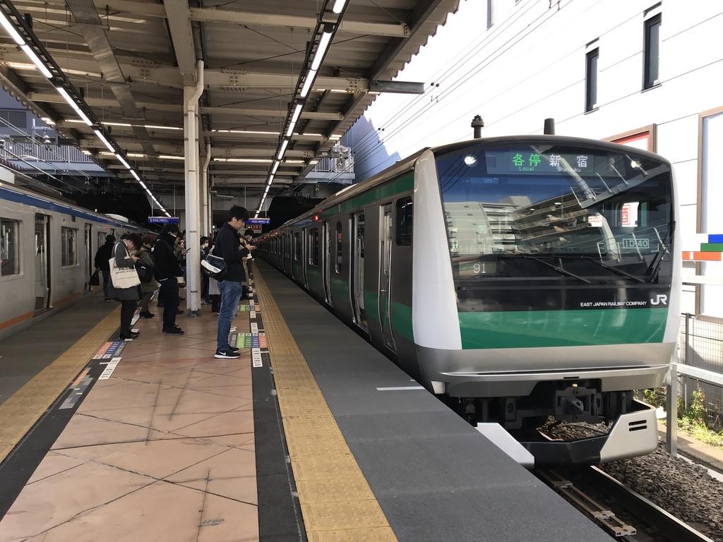 二俣川駅4番線に停車中の各駅停車新宿行き(2020/2/8)
