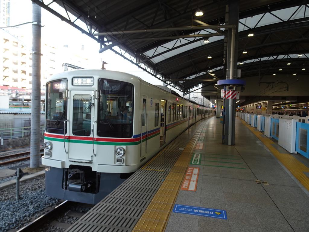 ホームドアの無い池袋駅7番線に停車中の4000系快速急行長瀞・三峰口行き(2020/2/23)