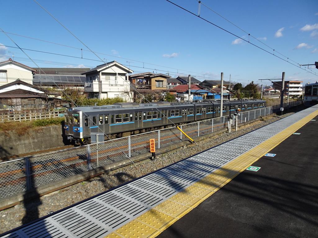 御花畑駅を出発し西武秩父駅のすぐ横を走り抜ける秩父鉄道5000系