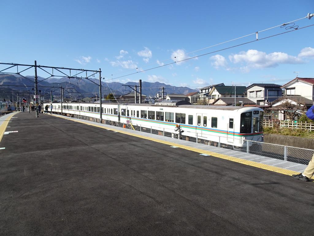 西武秩父駅のすぐ横を走り抜け御花畑駅に向かう西武4000系長瀞行き