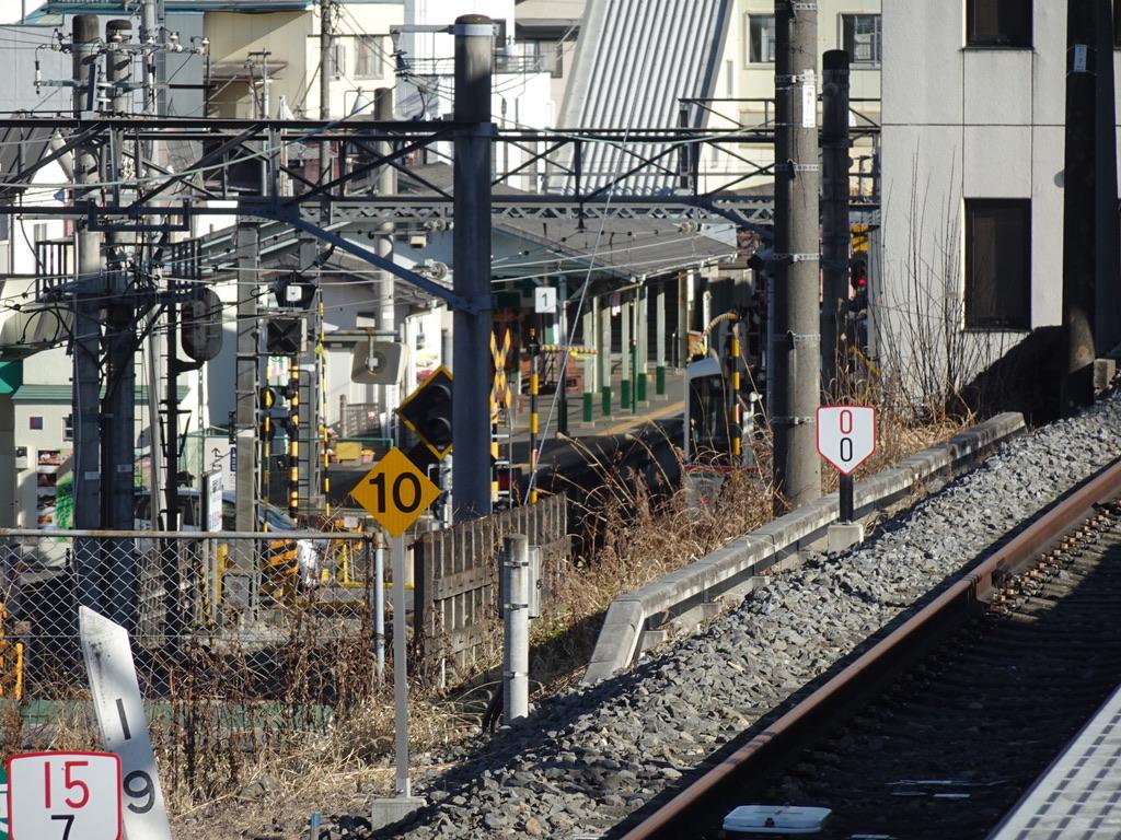 西武秩父駅の頭端側からギリギリ見える秩父鉄道御花畑駅 先ほどの4000系長瀞行きが停車しているのがかすかに見える