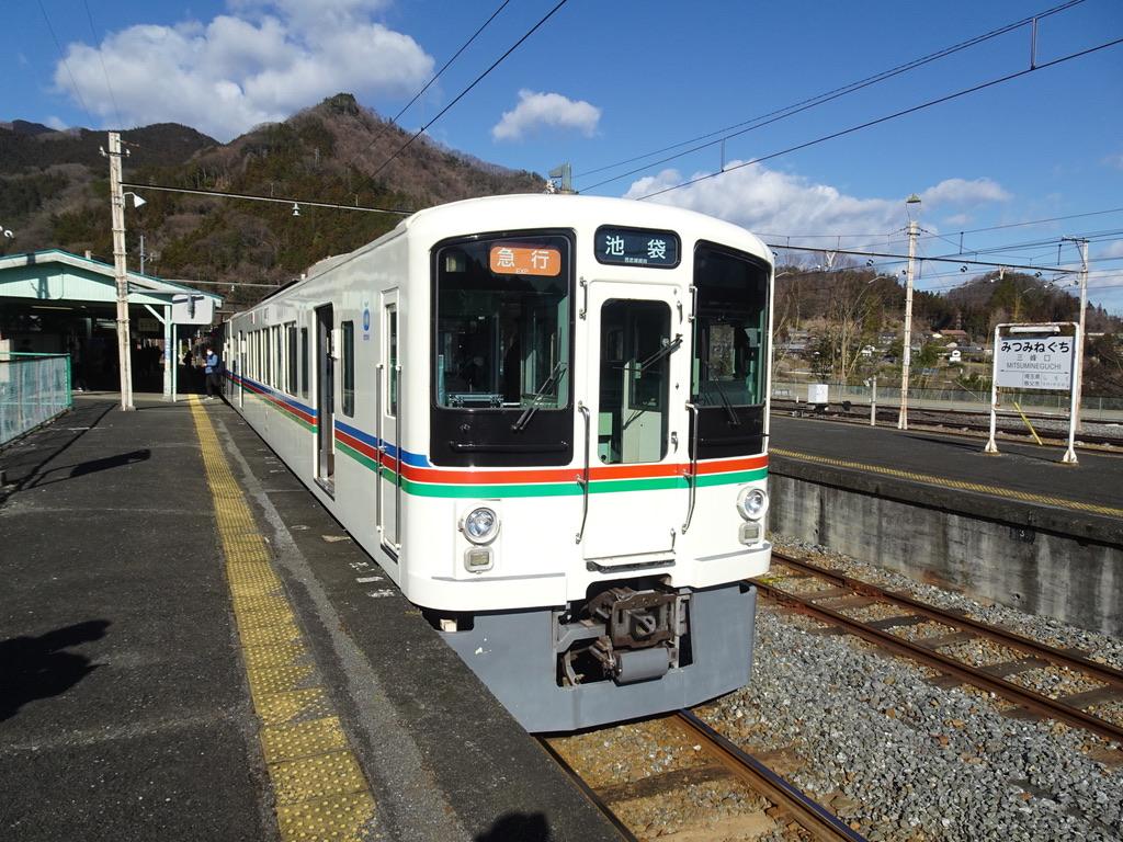三峰口駅に到着した西武4000系