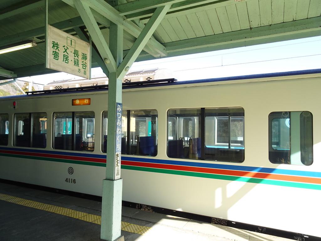 車両からも、それ以上に案内看板からも、レトロな雰囲気を感じる(三峰口駅1番線)