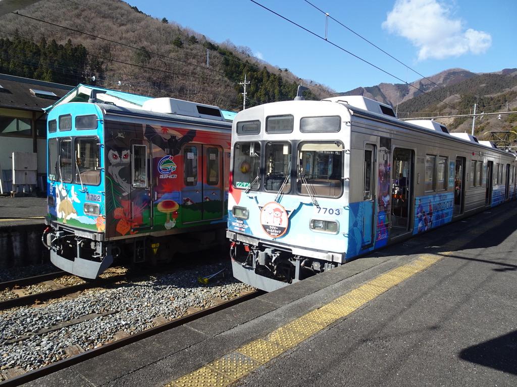 三峰口駅に到着した秩父ジオパークトレインと、まもなく発車するラグビーワールドカップコラボの車両