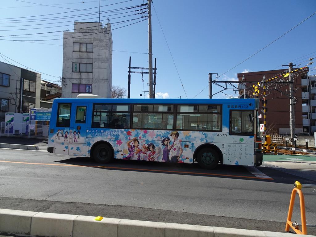 西武秩父駅付近を走行中の、「あの花」ラッピングの西武観光バス