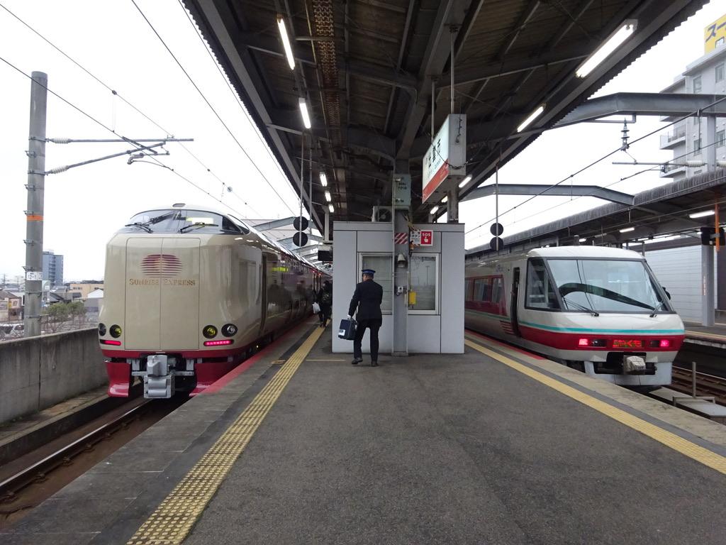 出雲市駅2番線に停車中のパノラマ型グリーン車付きやくも24号(2019/12/29)