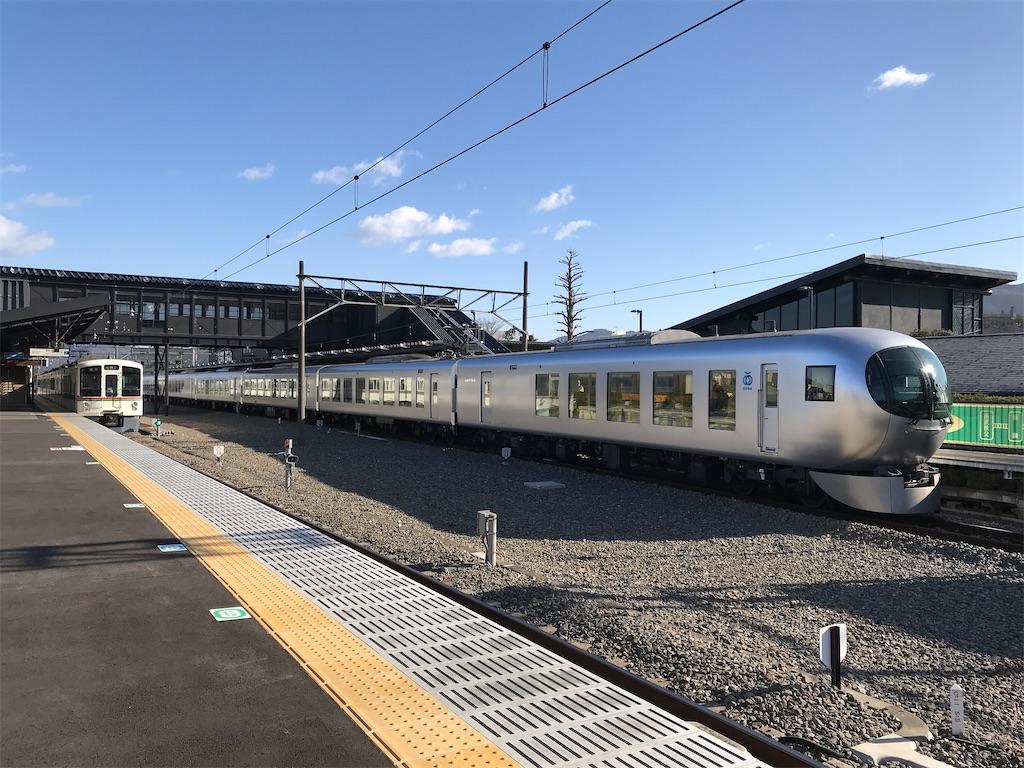 西武秩父駅2番線に停車中の4000系三峰口行きと、1番線に到着したLaview車両