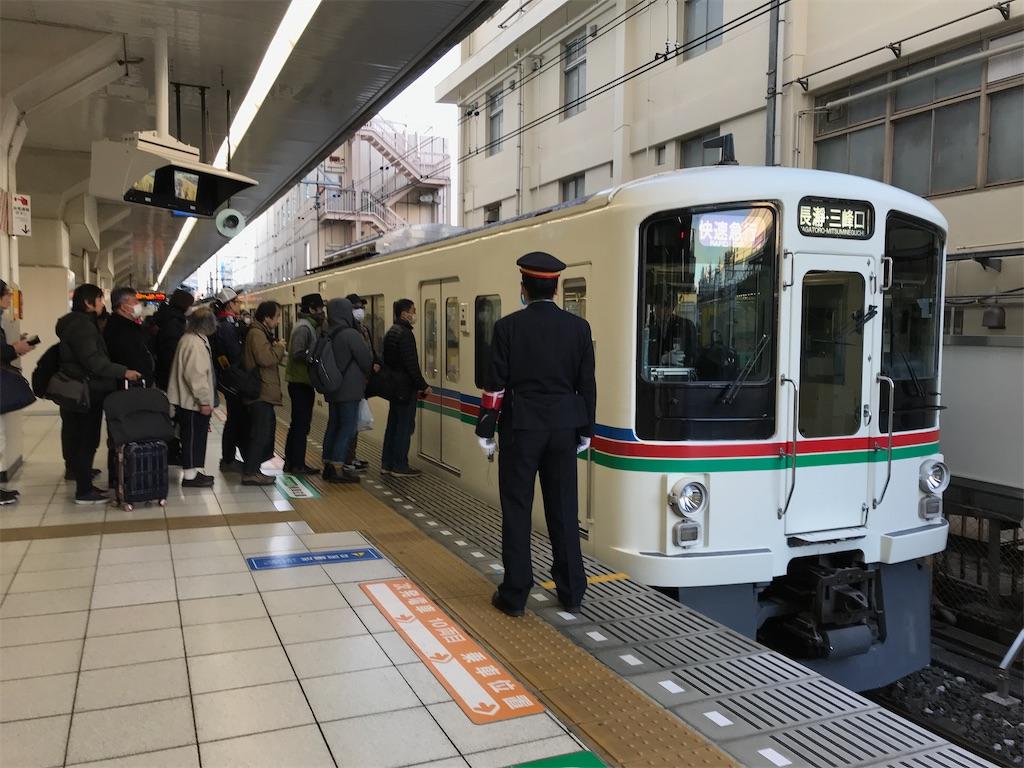 池袋駅7番線に入線した4000系快速急行長瀞・三峰口行き  ドアが開く前から多数の乗客が並んでいた