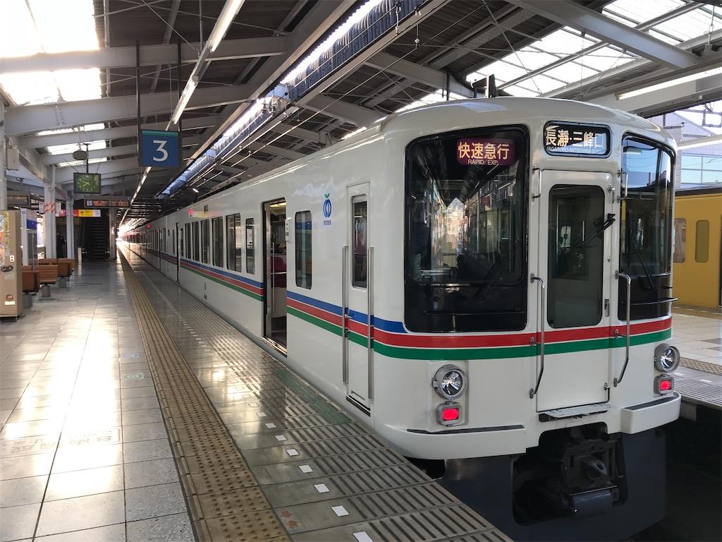 飯能駅2・3番線に到着した快速急行長瀞・三峰口行き