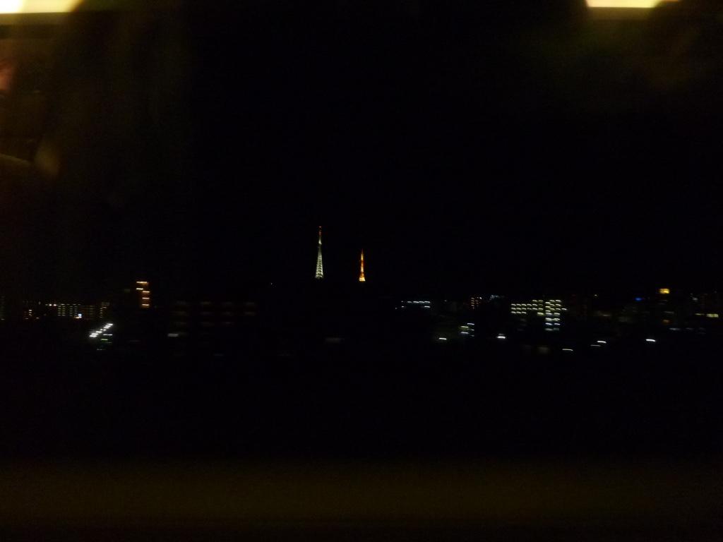 仙台駅発車直後の車窓 お天気タワーのうち2本のライトアップ(2011/3/5)