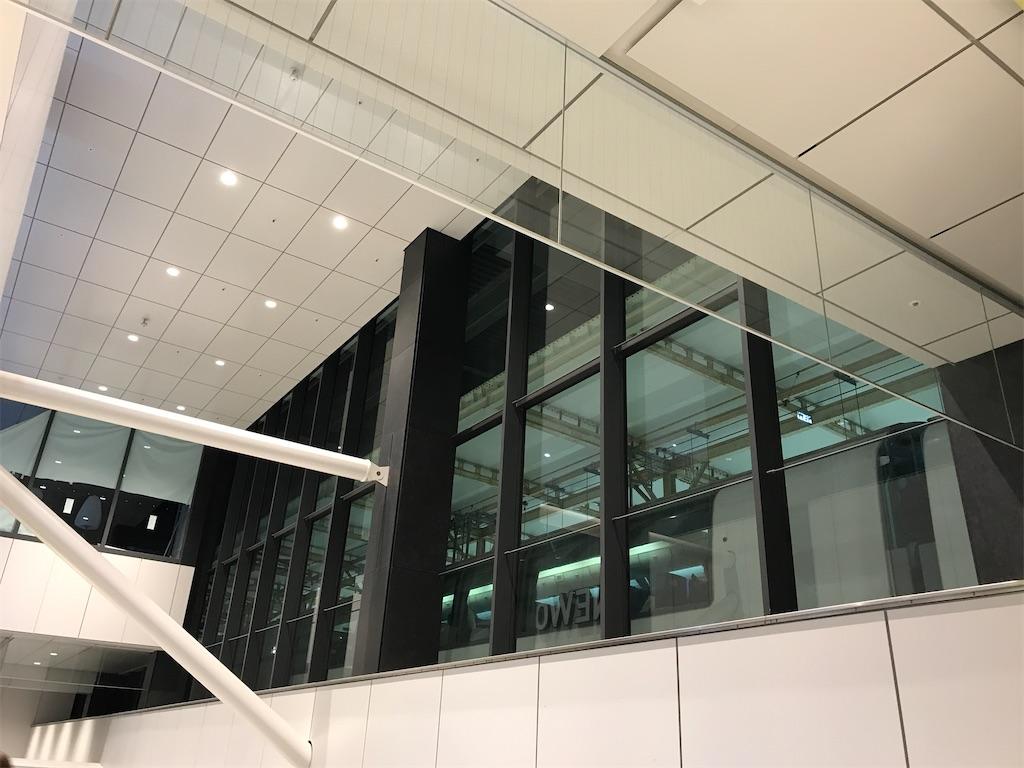 横浜駅西口の窓から見渡す、10番線に停車中のスーパービュー踊り子10号(2020/2/23)