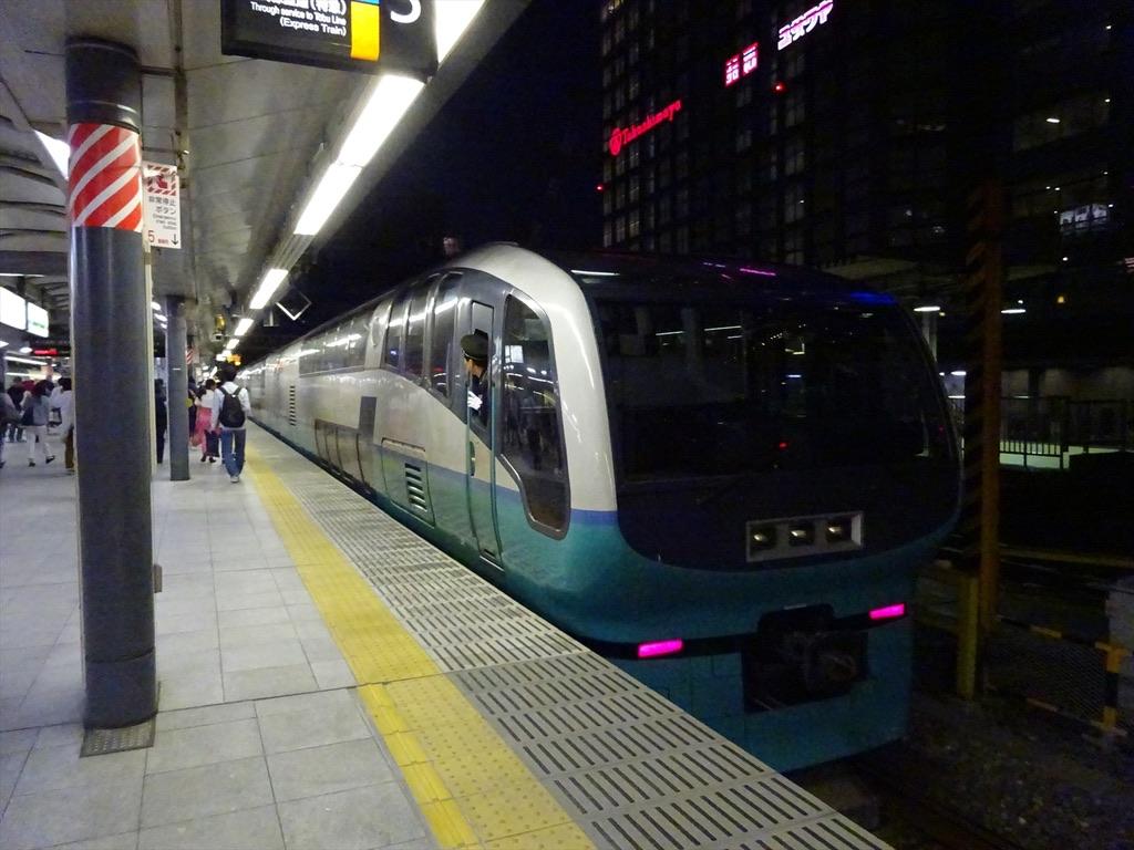 新宿駅5番線に到着したスーパービュー踊り子10号大宮行き(2014/5/3)