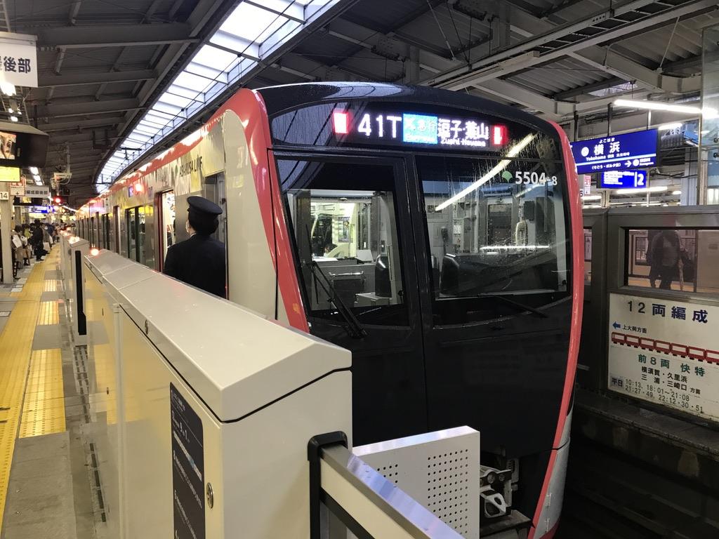 横浜駅に停車中の都営5504Fエアポート急行逗子・葉山行き(2020/3/14)