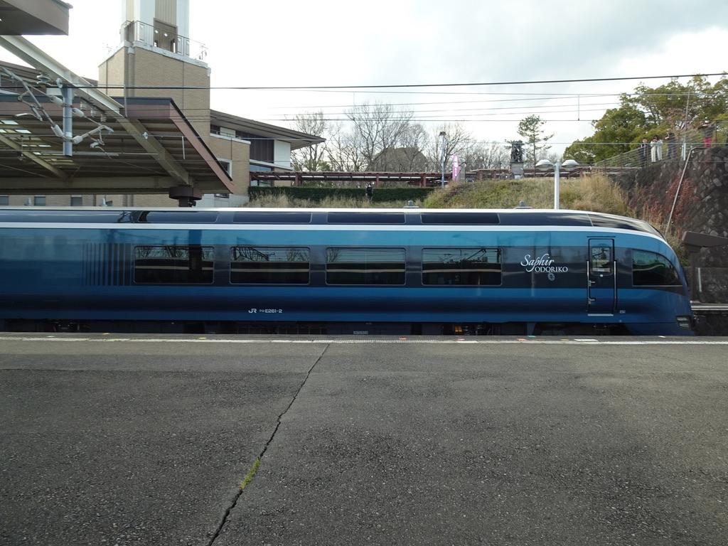 伊豆高原駅発車直前のサフィール踊り子5号車内から眺めたサフィール踊り子2号(2020/3/15)