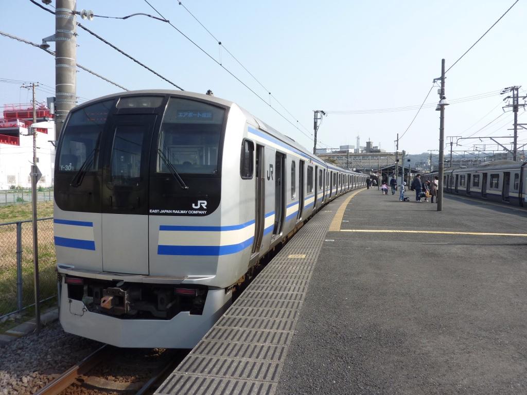 久里浜駅に停車中のE217系「エアポート成田」成田空港行き(2010/3/20)