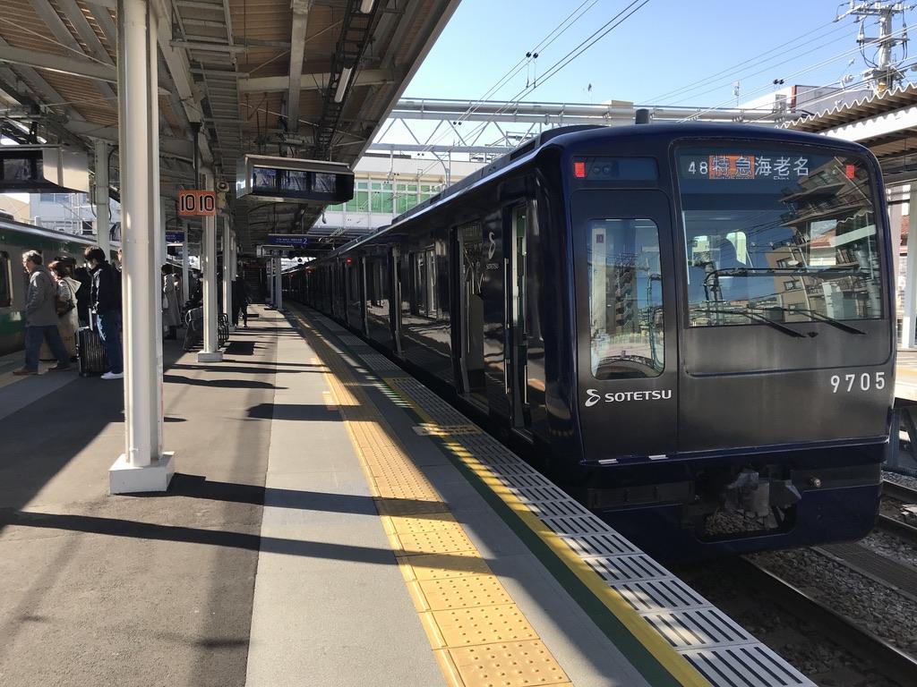 西谷駅2番線に停車中のヨコハマネイビーブルー色9705F特急海老名行き(2020/2/8)