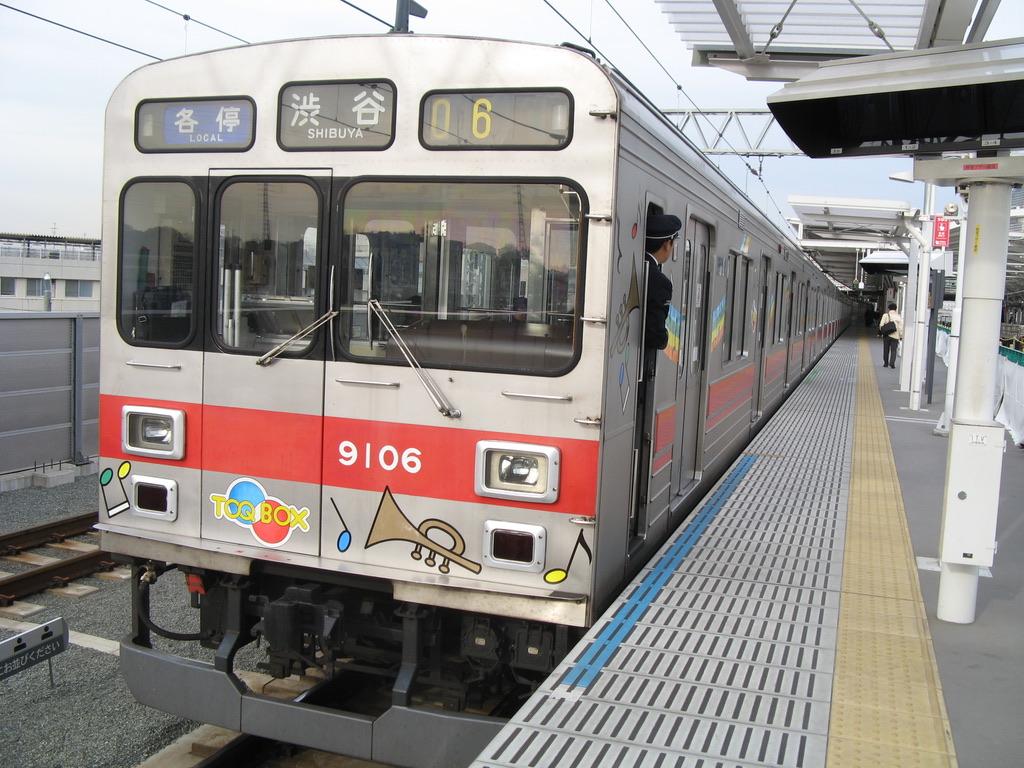 元住吉駅を発車する東急9006F各駅停車渋谷行き(2007/12/17)