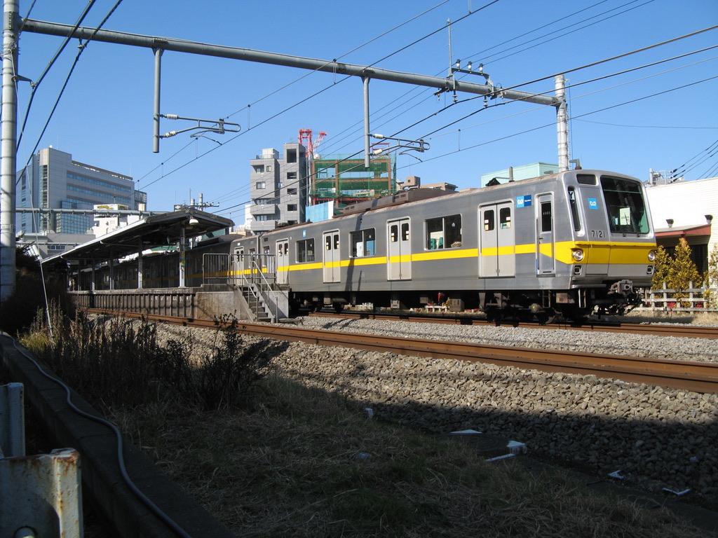 大泉学園駅を発車した東京メトロ7121F(2009/2/6)