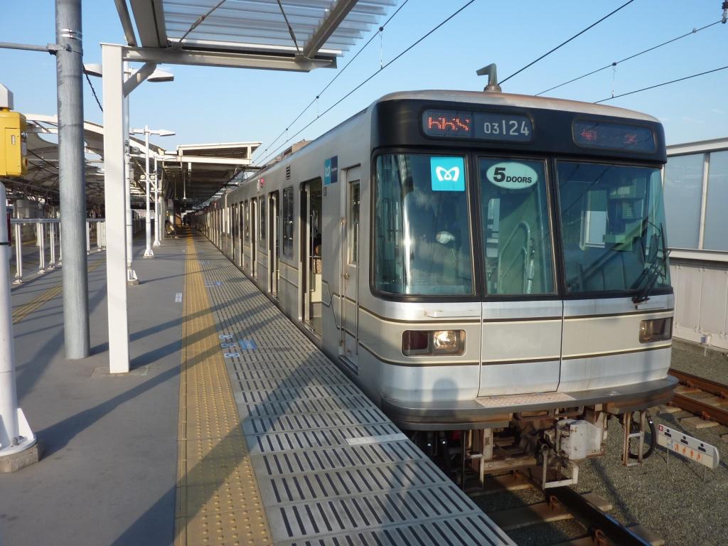 元住吉駅2番線に停車中の東京メトロ日比谷線03-124F菊名行き(2011/11/18)