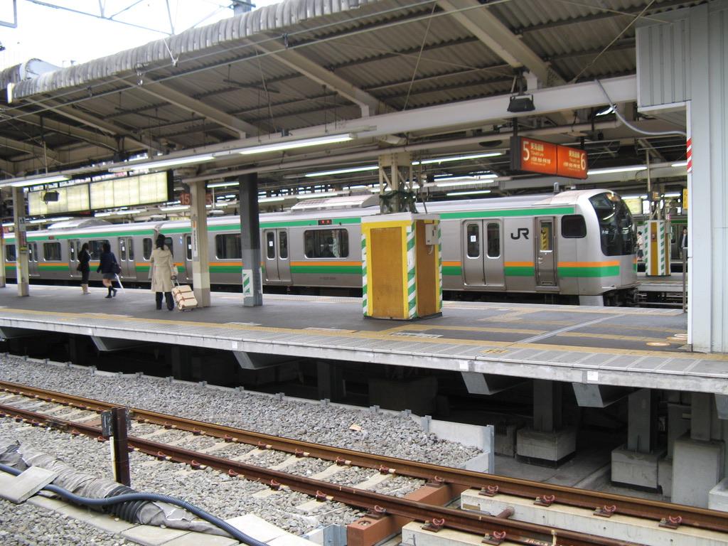 横浜駅7番線に停車中のE217系東海道線東京行き(2006/12/22)