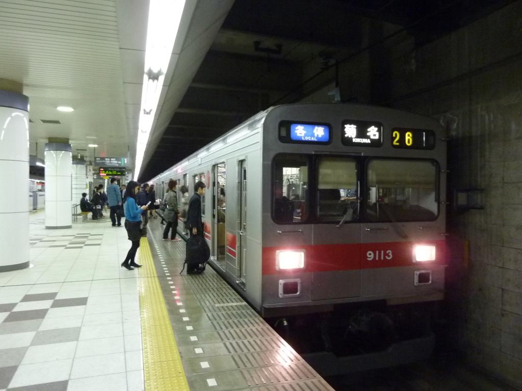日吉駅1番線に停車中の9013F各駅停車菊名行き(2011/4/14)