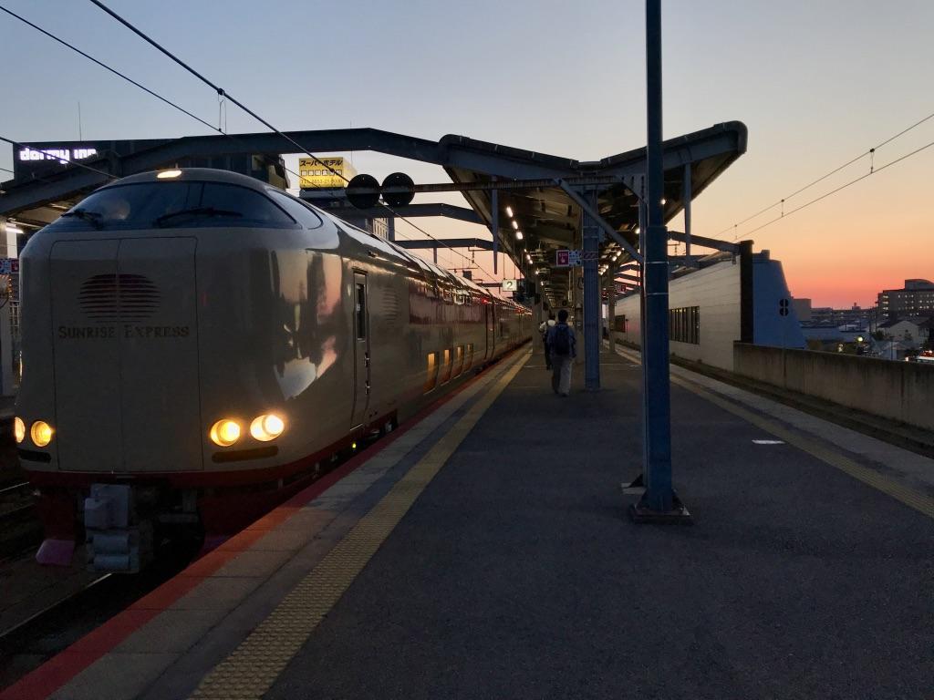 出雲市駅2番線で発車待ちの285系サンライズ出雲号東京行き(2019/4/12)
