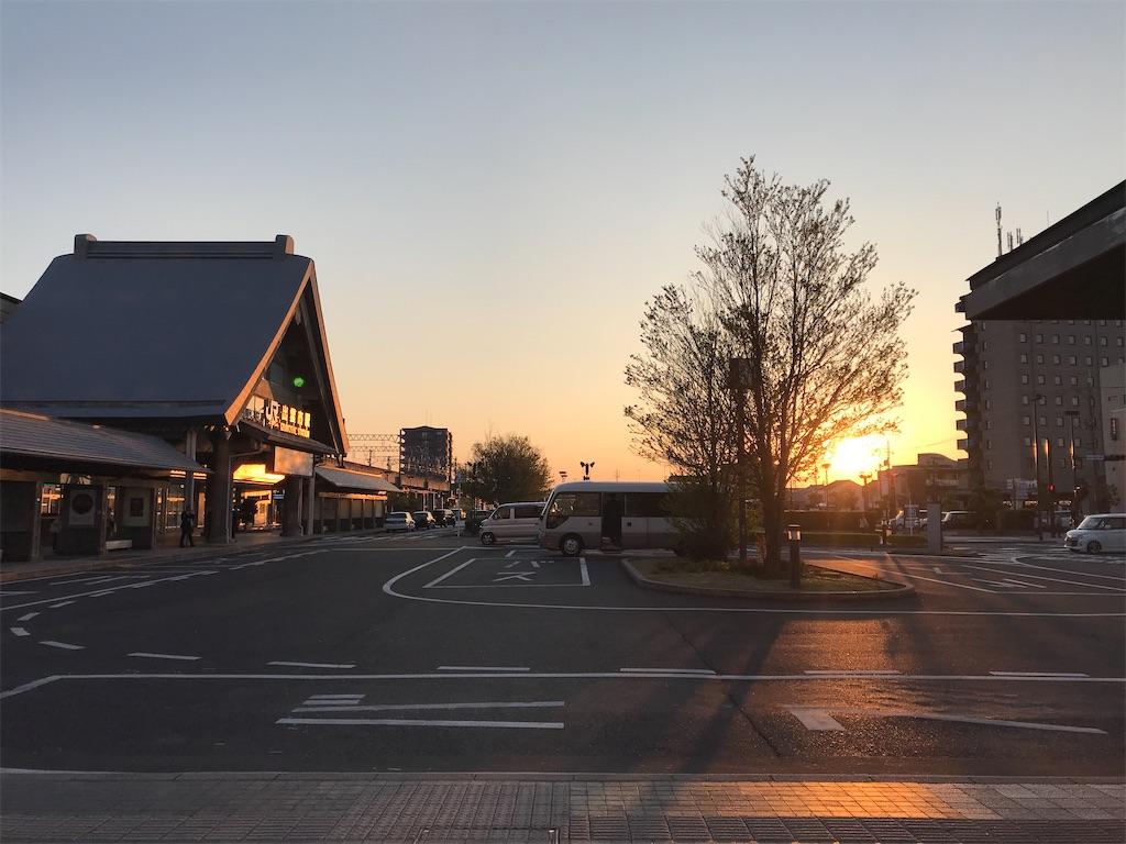まだ日没直前で太陽が見える時刻の出雲市駅前(2019/4/12 18:18頃)